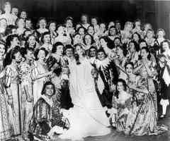 Мария Каллас с хором Лирик-оперы после 'Лючии ди Ламмермур'