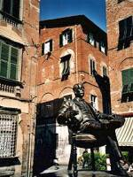 Лукка, Тоскана. Позади памятника Пуччини угол дома, в котором он родился.