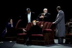 Сцена суда III акта. В центре - Ангела Деноке (Эмилия Марти). Фотография Marco Brescia