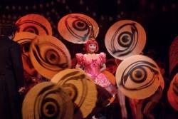 'Сказки Гофмана' в Метрополитен-опере. В центре: Олимпия - К. Ким. Фото - Кен Ховард