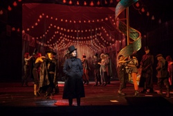 'Сказки Гофмана' в Метрополитен-опере. В центре: Никлаус - К. Линдси. Фото - Кен Ховард